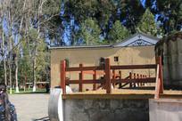 蒙古包外的台阶与护栏