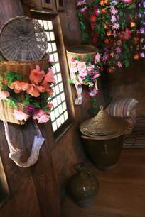 布朗族用鲜花装饰的生活用具