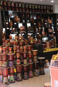 层叠堆积的非洲手鼓与文物架