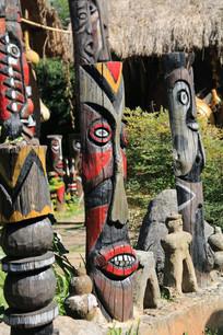 代表各种神灵的拉祜族图腾柱