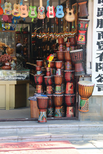 各种乐器非洲手鼓层叠堆积