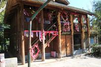 挂满鲜花的布朗族木雕作坊