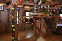挂着鲜花的布朗族客厅