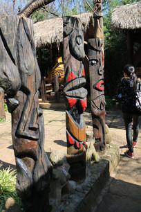拉祜族画着人脸的图腾柱