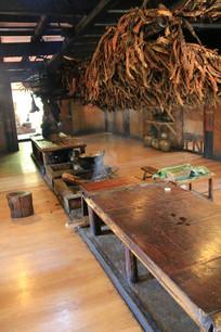 拉祜族客厅火塘及饭桌
