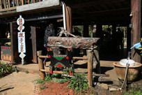 拉祜族手工作坊外的木雕鱼