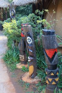 小树间的拉祜族图腾柱