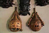 造型怪异的木刻人脸面具