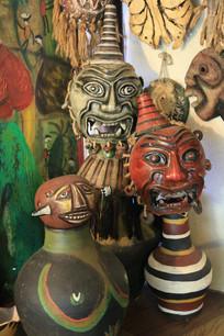 造型怪异新奇的泥塑人脸面具