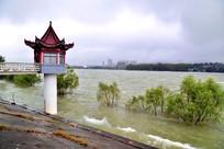 丹江水库下游岸边的水文亭子