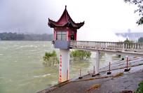 丹江水库下游的水文亭子