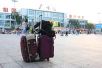 广场上的行李