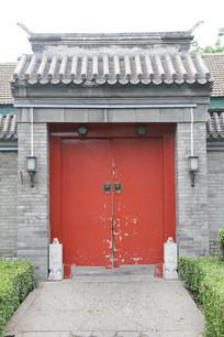 灰墙红门老北京大门