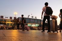 火车站前的行人