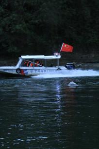 景区巡逻船快速开过