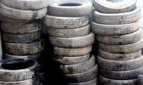 几十个废轮胎