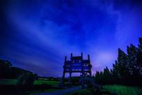 蓝天暮霭下的牌坊群夜色