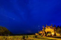 牌坊群在蓝天的夜色下