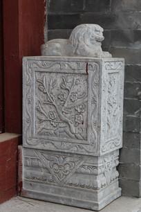 石雕花纹狮子门墩