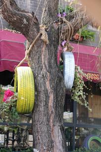 挂在树上的轮胎与花草