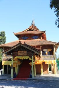 蓝天下的傣族寺庙