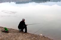 水库边钓鱼的老人