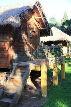 阳光洒在哈尼族的草屋上