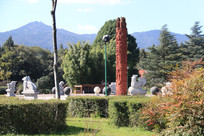 彝族村寨前的图腾与浮雕