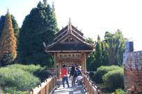 游客经过傣家长桥