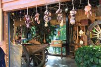 有木轮和吊饰的木质小屋