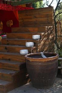 傣族村寨楼梯上的纯银大碗