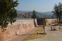 大通楼下的明城墙与广场