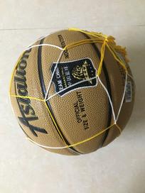 地上的篮球