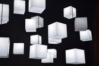 多个白色立方体电灯