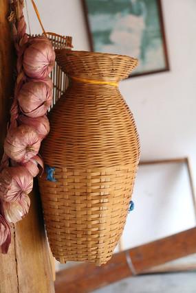 干大蒜与渔竹篓特写