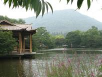 杭州西湖边的凉亭