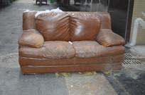 路边的一个双人沙发