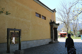 蒙古族建筑外墙一侧
