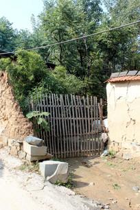 农村废弃的大门