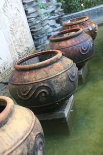 喷水池里的四个雕花大水罐
