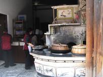 正用别致的灶做菜的乌镇厨师