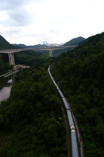 长长的火车和横跨山谷的高架桥