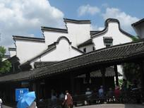 长廊背后的徽派建筑