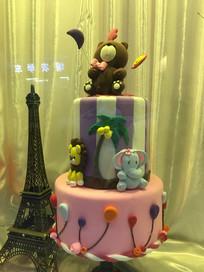 堆起的蛋糕及蛋糕做的卡通动物