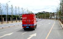 公路上的京东快递运输车