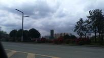 贵安新区街道看远处的高楼大厦