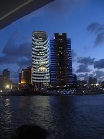 黄浦江岸亮起彩灯的高楼