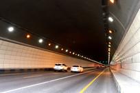 轿车行驶在隧道中