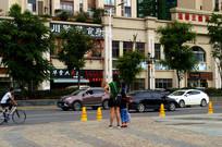 街边等车的行人