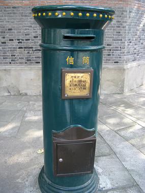 旧时铸铁邮筒